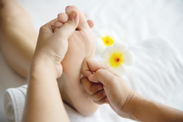 femme-recevant-service-massage-pieds-masseuse-se-bouchent-pieds-mains-concept-service-massage_1150-13723