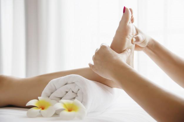 femme-recevant-service-massage-pieds-masseuse-se-bouchent-pieds-mains-concept-service-massage_1150-13726