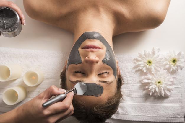 high-angle-vue-femme-recevoir-masque-facial-au-salon-beaute_23-2147939942