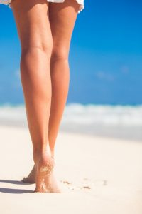 jolies-jambes-lisses-femmes-plage-sable-blanc_109800-5006