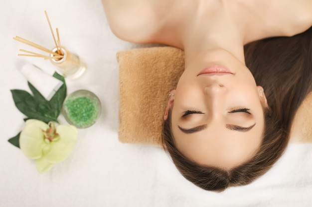 relaxation-au-spa-soins-du-corps-femme_118454-2580