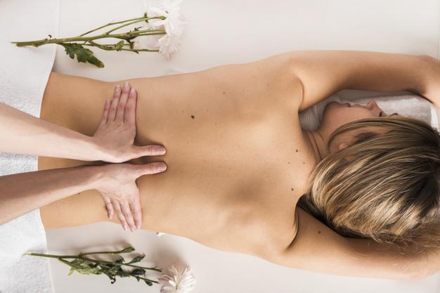 vue-grand-angle-femme-qui-recoit-massage-du-dos-therapeute_23-2147939919